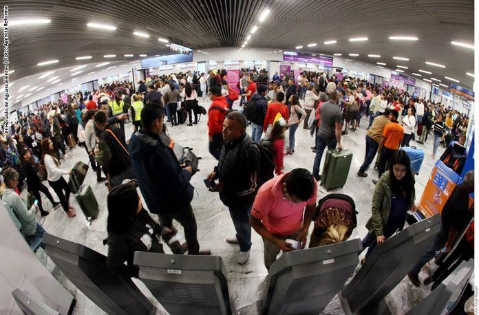 Evacuan avión en Guadalajara por incendio en tren de aterrizaje